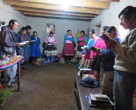 Cantan coros antes de empezar el estudio bíblico