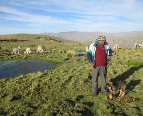Lider, combina sus actividades cotidianas con la enseñanza de estudios bíblicos en su comunidad rural.