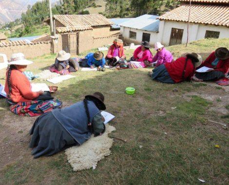 Mujeres trabajando en la comprensión lectora, se ayudan unas a otras.